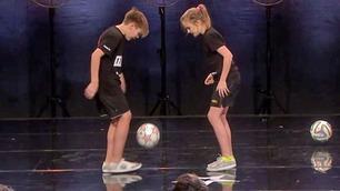 Bendik & Mina målbinder publikum med ballkontrollen sin