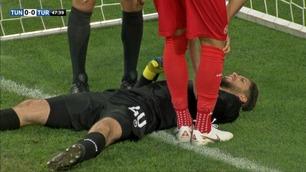 Her later Tunisia-keeperen som han er skadet - for å hjelpe lagkameratene