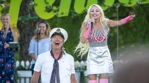 Linni Meister synger Aqua-hiten «Barbie girl»