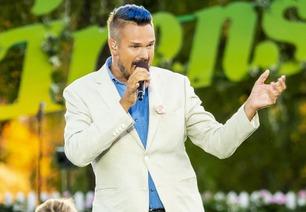 Tore Petterson synger «Sway» under Allsang på grensen