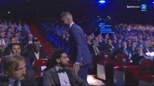 Ramos klappet Salah på skulderen han skadet