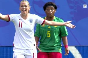 Her spytter Kamerun-spilleren på England-stjernen