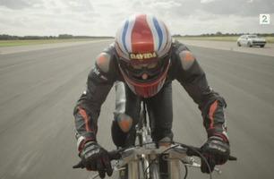 Her sykler han i 280 kilometer i timen