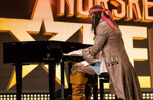 Her spiller «Jack Sparrow» piano!