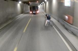 Her går det nesten fryktelig galt for syklisten