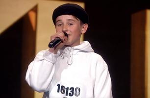 Adam (14) får hele salen til å danse: – Vi ser en ny stjerne her!