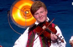 Robins fiolinflørt går rett hjem hos dommerne: – Du er en entertainer!