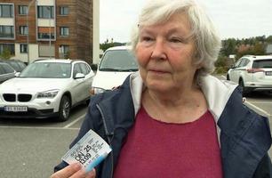 Tone (74) viste parkeringsvakten gyldig billett – fikk likevel bot