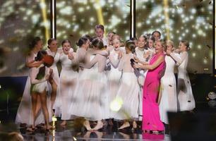 Dansegruppa bryter ut i vill jubel da de får gullknappen av Janne Formoe