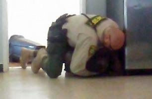 Politimannen kaster seg over gutt (15) uten bein og armer