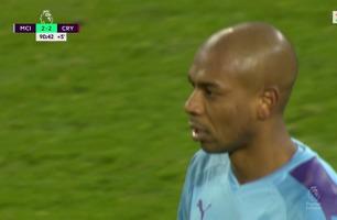 Fernandinho setter ballen i eget nett og utligner til 2-2