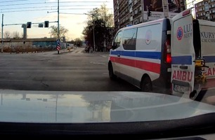 Ambulansen kjører med åpen bakdør – så skjer det som ikke skal skje