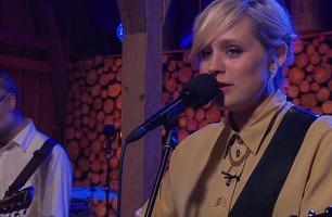 Frida Ånnevik tolker sin fars sang «Kvite svaner»