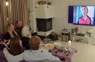 Bryter ut i latter av det de ser på TV-en