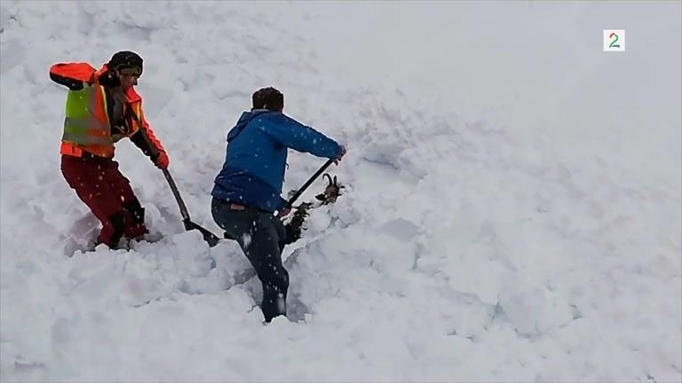 Graver i de enorme snømassene - så finner de liv