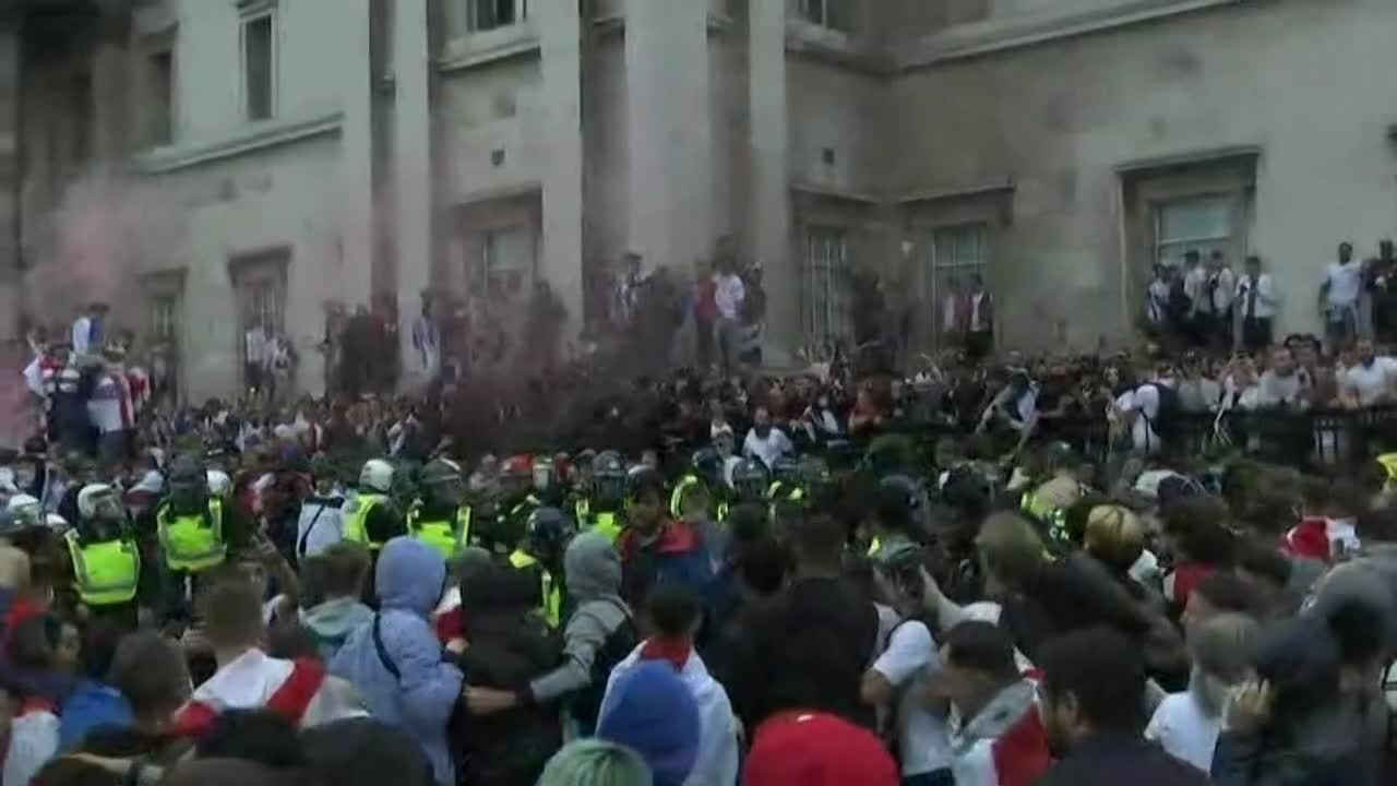 Her bryter supportere ut i slåsskamp med politiet