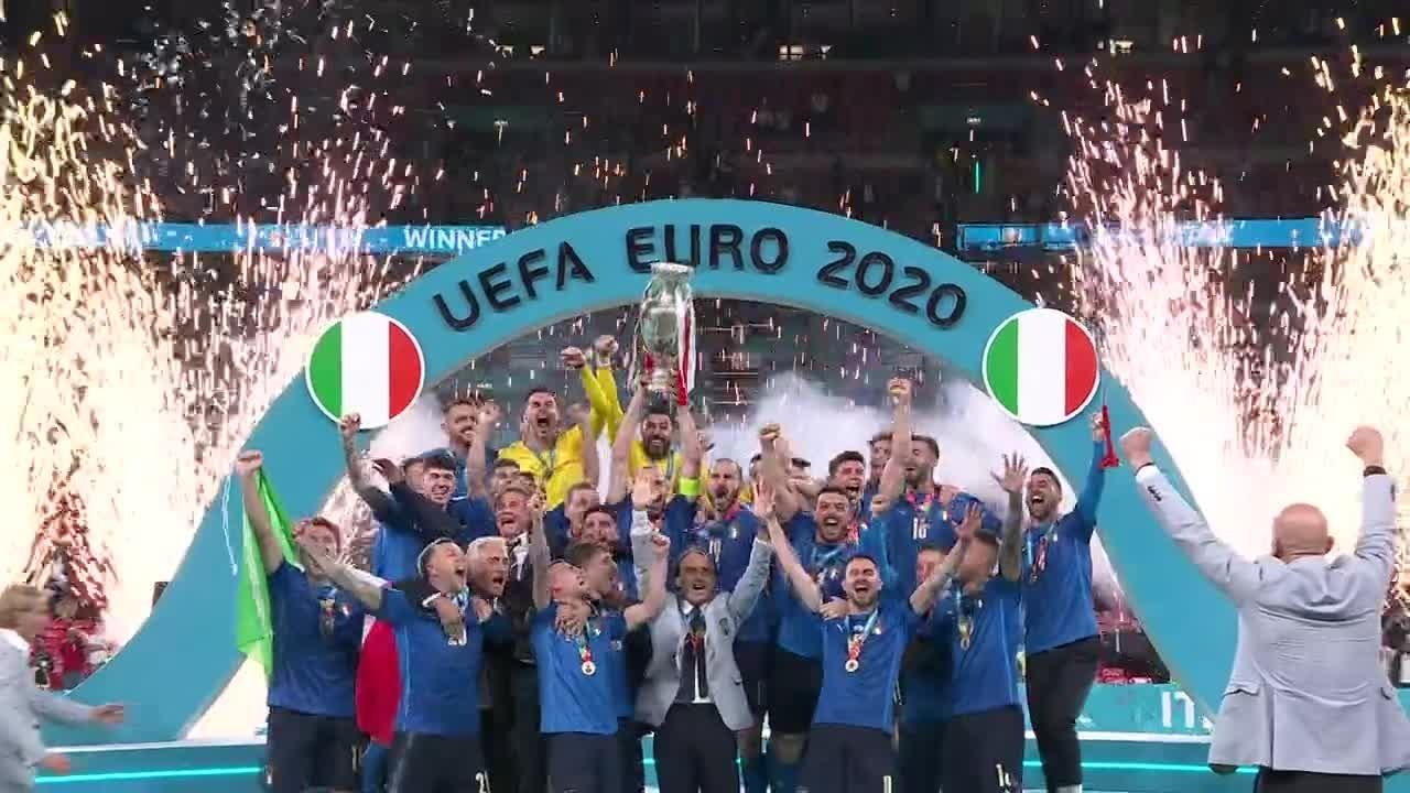 Chiellini løfter pokalen for Italia