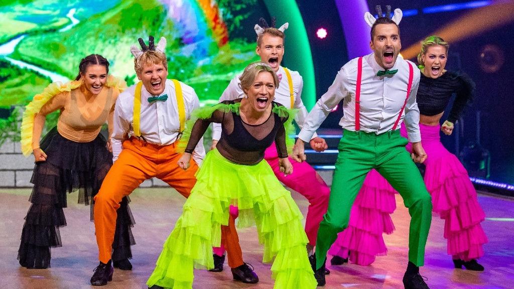 Dommerne får latterkrampe etter guttenes gruppedans. – Grusomt, men gøy!