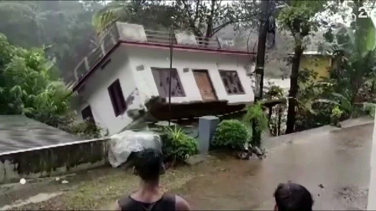 Blir hjelpeløst vitne til hus som raser ut i elva