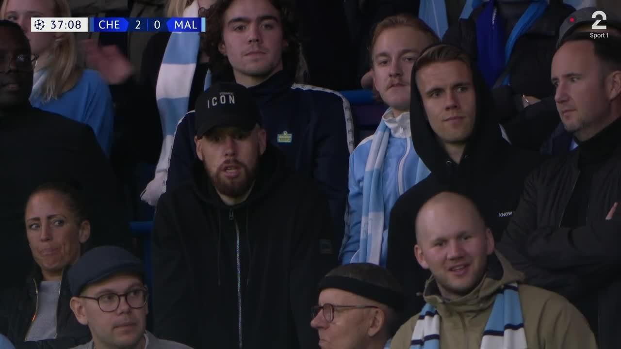 Se hvem som dukket opp i bortesvingen på Stamford Bridge!