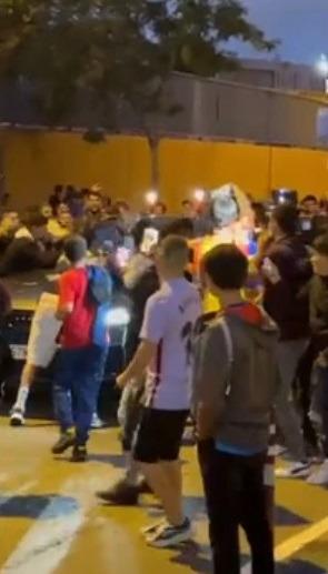 Rasende supportere flokket seg rundt Koemans bil